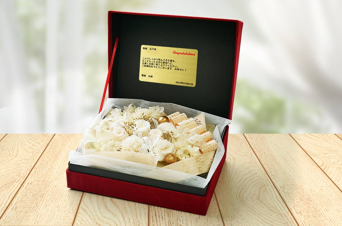 高級感ただよう赤のベロア調素材で大きめのボックスに白いバラを敷き詰め華やかな電報の「プリザーブドREDBOX ホワイト」