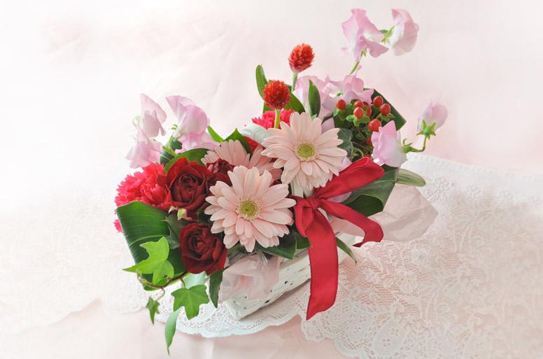 ピンクとレッドカラーのお花を中心にアレンジした電報の「レッド&ピンクバスケット」