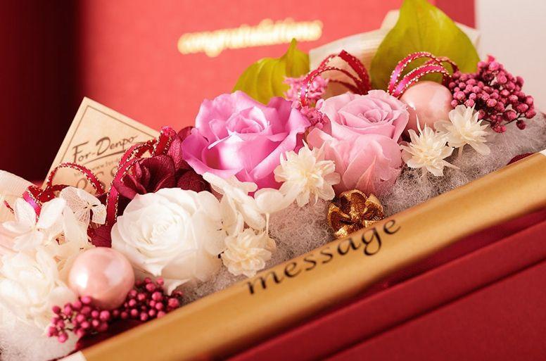 温かみのある赤のボックスにピンクのプリザーブドフラワーが映える「プリザーブド セレナ」
