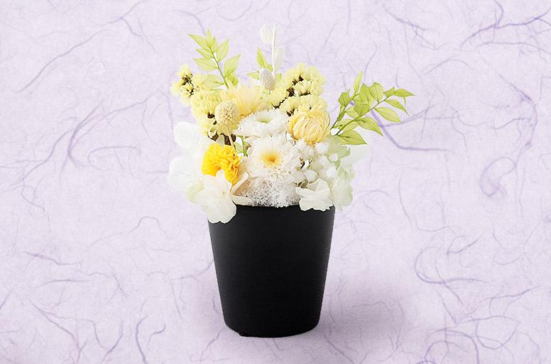 プリザーブドフラワーの仏花がセットになった人気のお悔やみ電報「プリザーブド ホワイト&イエローM」